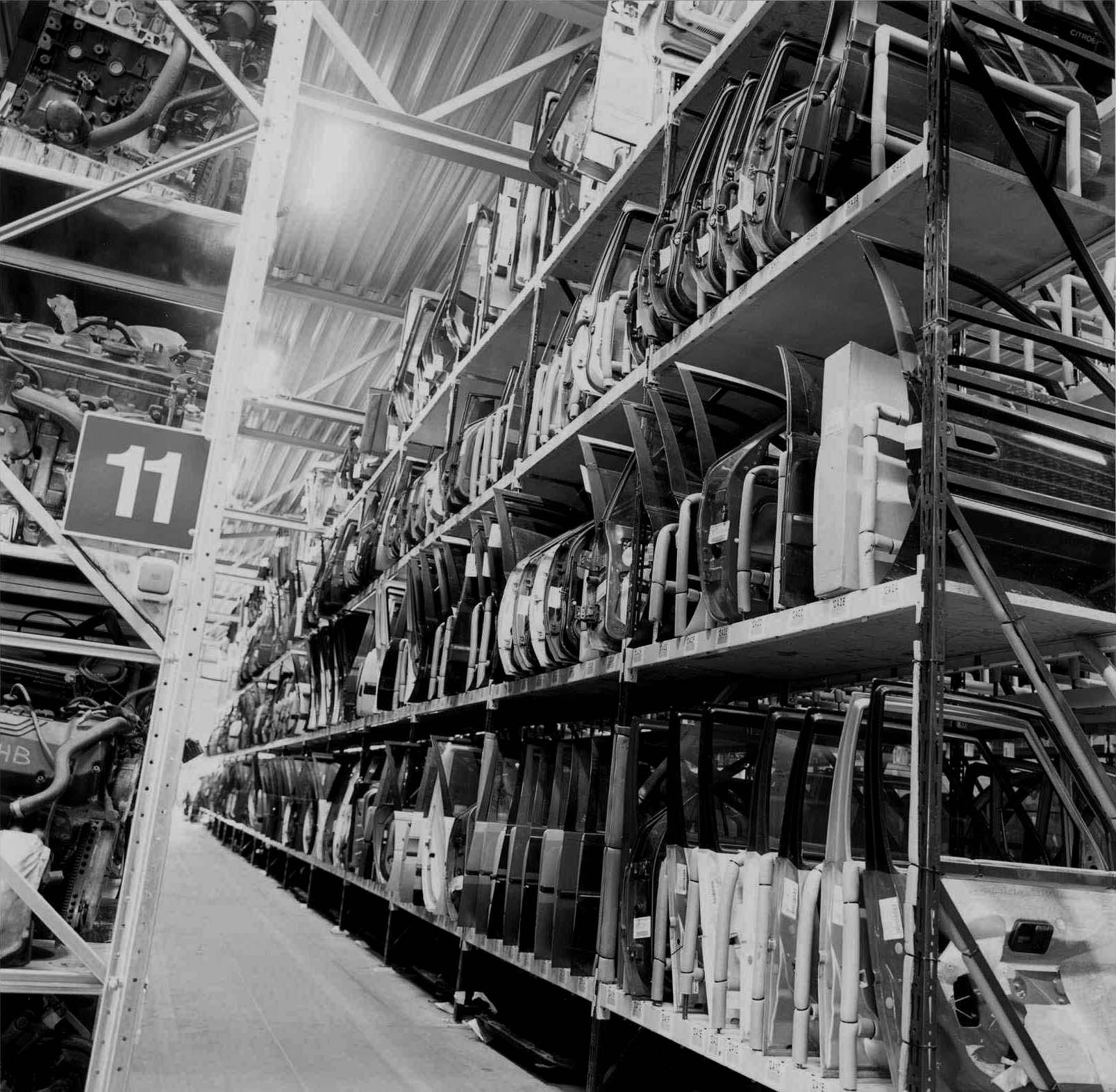 Citroen autosloperij met gebruikte onderdelen in modern magazijn
