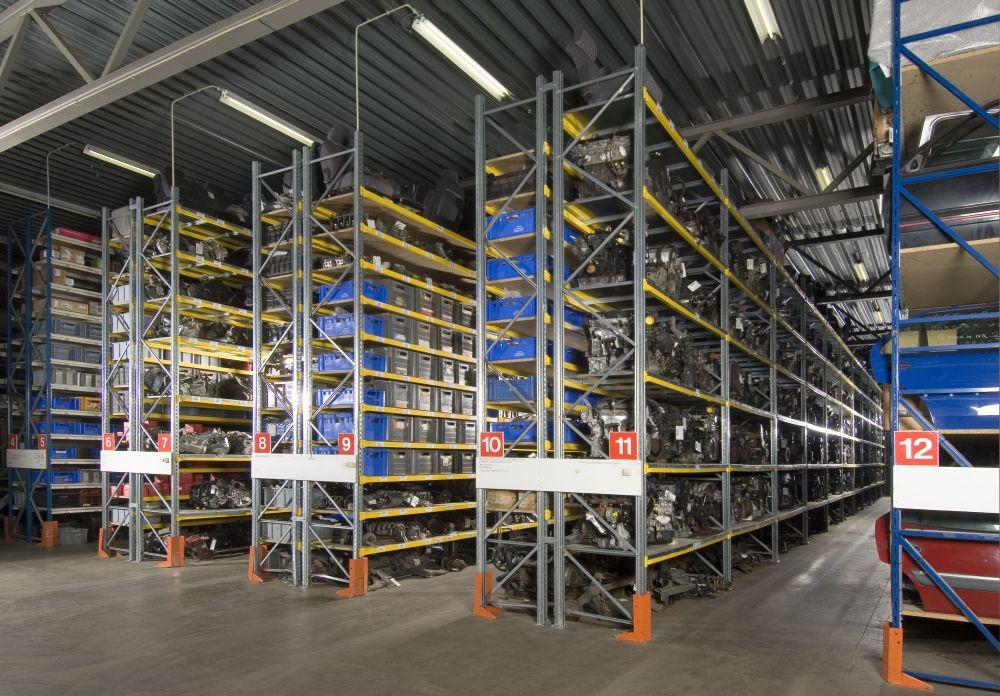 Zeer grote voorraad gebruikte onderdelen Citroen Peugeot in magazijn