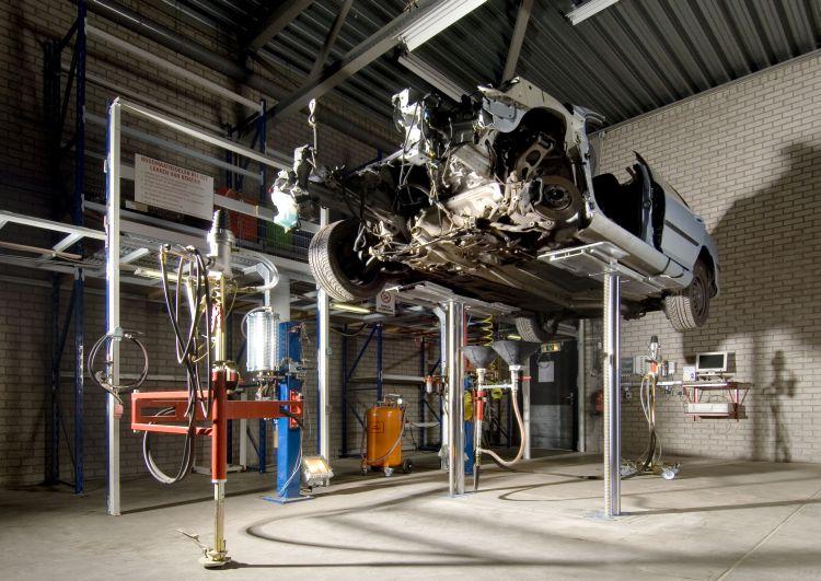 Afzuiginstallatie vloeistoffen uit auto's demontagebedrijf Bart Ebben